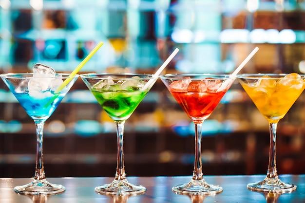 Veelkleurige cocktails aan de bar Premium Foto