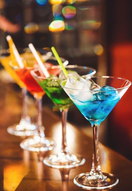 Veelkleurige cocktails aan de bar. Premium Foto