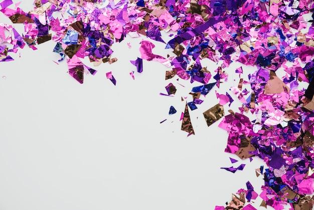 Veelkleurige confetti op abstracte achtergrond Gratis Foto