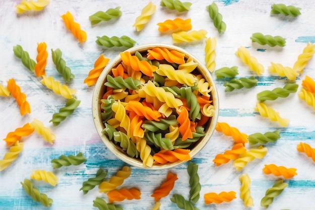 Veelkleurige glutenvrije plantaardige fusilli pasta. Gratis Foto