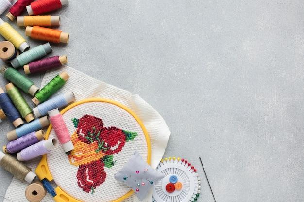 Veelkleurige naaigaren en naalden met kopie ruimte Gratis Foto