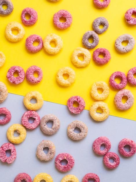 Veelkleurige ontbijtgranen met fruitig op contrasterende achtergrond Gratis Foto