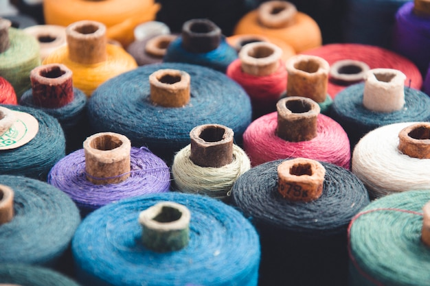 Veelkleurige strengen en spoelen van draden. atelier naaibenodigdheden Premium Foto