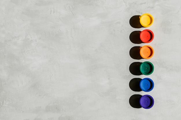 Veelkleurige verfpotten en op een grijs beton Premium Foto