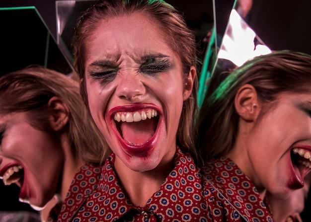 Veelvoudig spiegeleffect van vrouw die met gesloten ogen gilt Gratis Foto