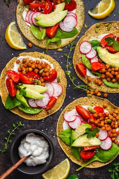 Veganistaco's met gebakken kekers, avocado, saus en groenten, hoogste mening. Premium Foto