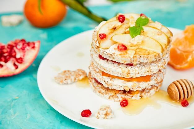 Veganistisch, dieet, biologische natuurlijke verjaardagstaart met knapperige rijst Premium Foto