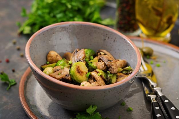 Veganistisch gerecht. gebakken champignons met spruitjes en kruiden. goede voeding. Premium Foto