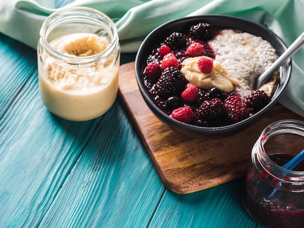 Veganistische chia-pudding met bessen en amandelboter Premium Foto