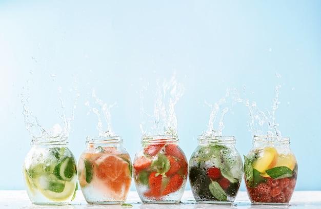 Veganistische detox-smoothies gemaakt van fruit en groenten Premium Foto