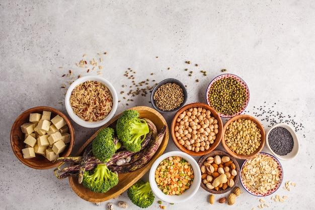 Veganistische eiwitbron. tofu, bonen, kekers, noten en zaden op een witte achtergrond, hoogste mening, exemplaarruimte. Premium Foto