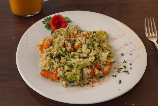 Veganistische risotto met groenten en kruiden Premium Foto