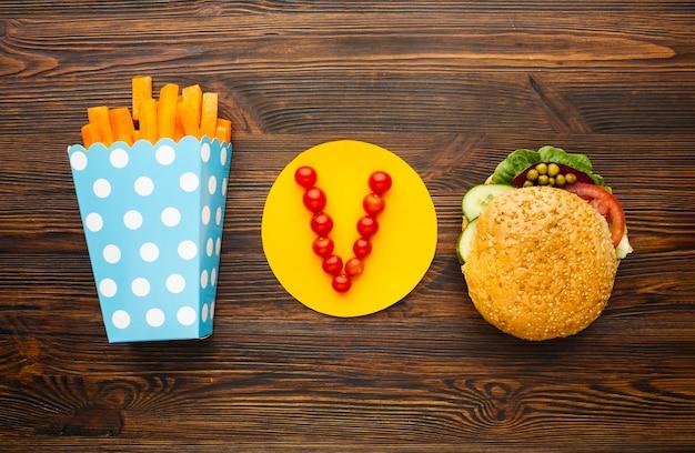 Veganistmaaltijd op houten achtergrond Gratis Foto