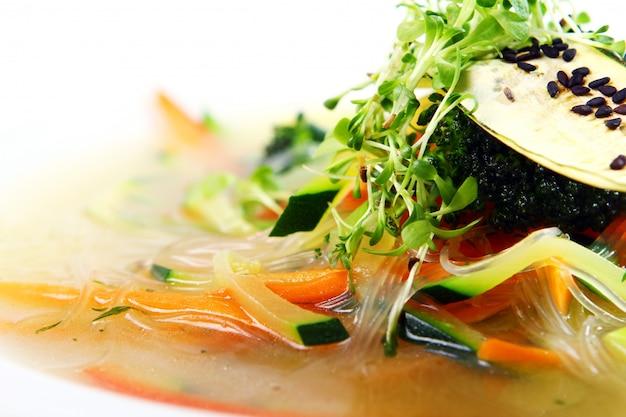 Vegetarische gastronomische soep met witte achtergrond Gratis Foto