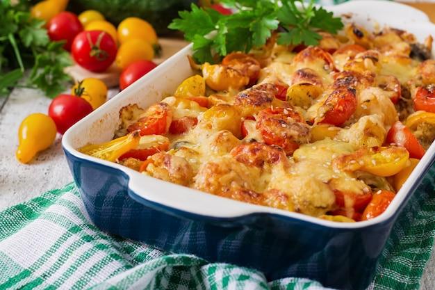 Vegetarische groenteschotel met courgette, champignons en kerstomaatjes Gratis Foto