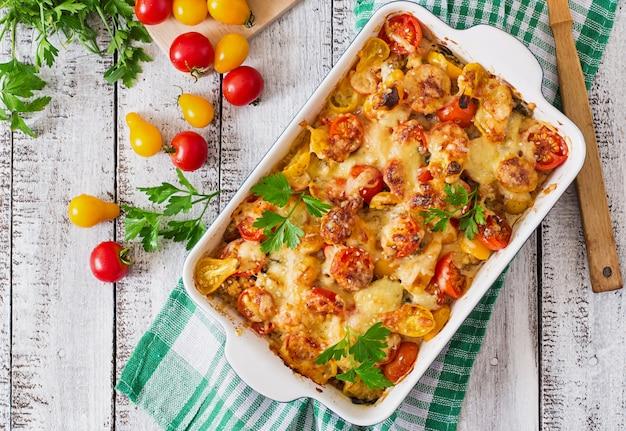 Vegetarische groenteschotel met courgette, champignons en kerstomaatjes Premium Foto