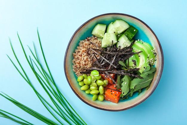 Vegetarische quinoakom, komkommer, avocado, doperwtjes Premium Foto