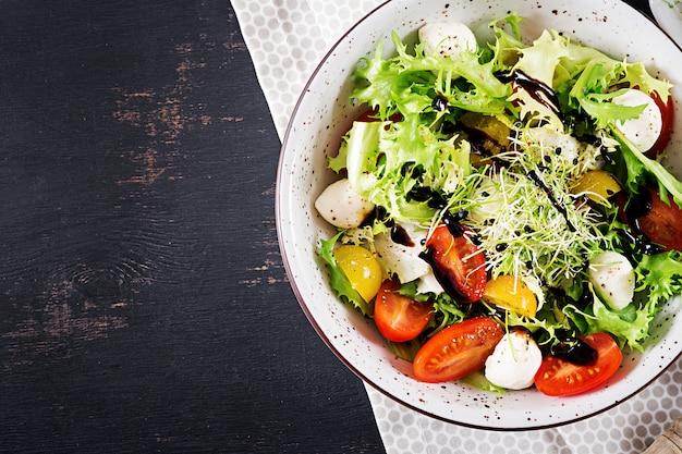 Vegetarische salade met cherrytomaat, mozzarella en sla. Gratis Foto