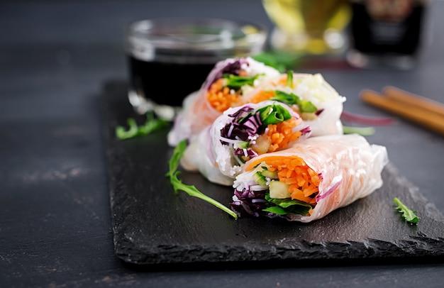 Vegetarische vietnamese loempia's met pikante saus, wortel, komkommer, rode kool en rijstnoedel. Premium Foto