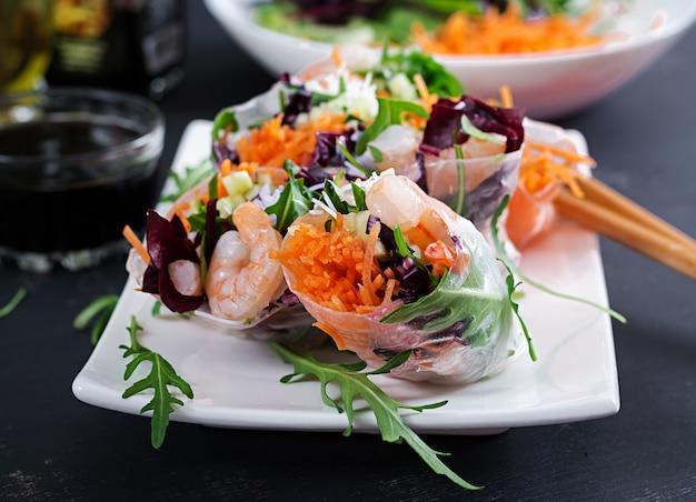 Vegetarische vietnamese loempia's met pittige garnalen, garnalen, wortel, komkommer, rode kool en rijstnoedel. Premium Foto