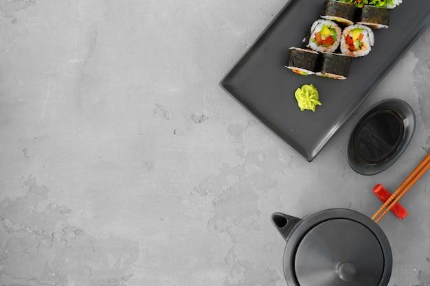 Vegeterian sushi roll met groenten op grijs bovenaanzicht Premium Foto