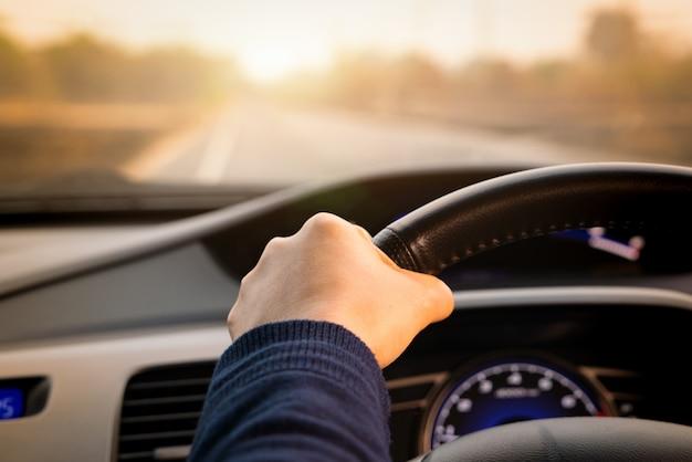 Veilig rijden, snelheidscontrole en veiligheidsafstand op de weg, veilig rijden Premium Foto