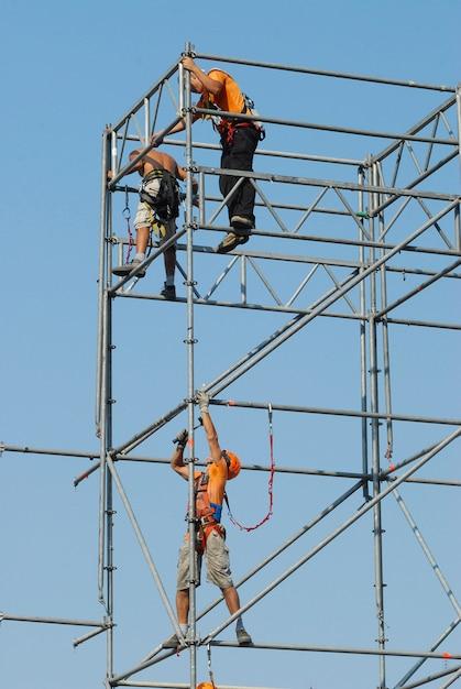Veiligheid op het werk. werknemers op de steiger Premium Foto