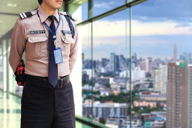 Veiligheidsagent op modern kantoorgebouw Premium Foto