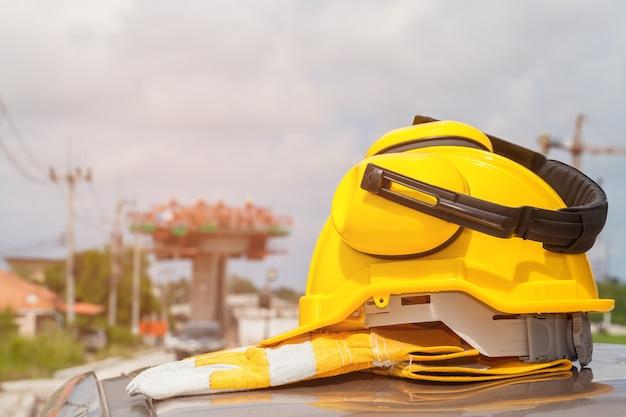 Veiligheidshelm met bouwwerfachtergrond selectieve nadruk. Premium Foto
