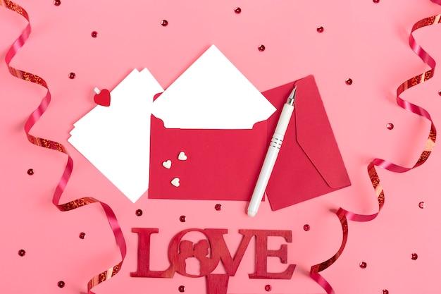 Vel papier voor bericht op roze achtergrond valentijnsdag Premium Foto