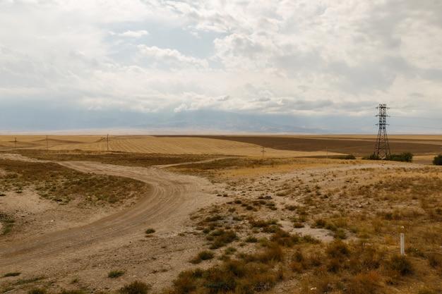 Veldweg in de steppen van kazachstan, mooi landschap Premium Foto