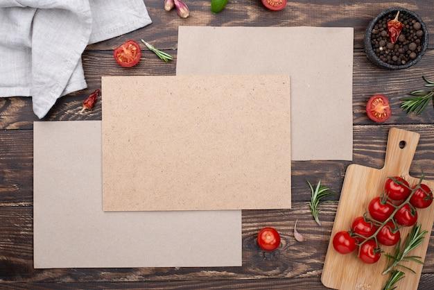 Vellen papier met ingrediënten Gratis Foto