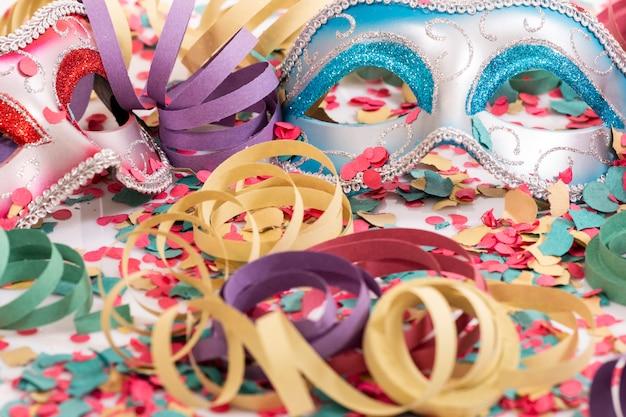 Venetiaanse maskers met confetti Premium Foto