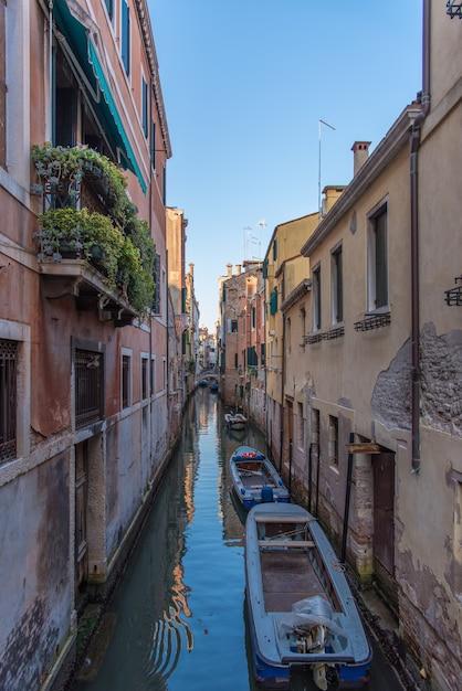 Venetië kanaal met gondelboten Gratis Foto