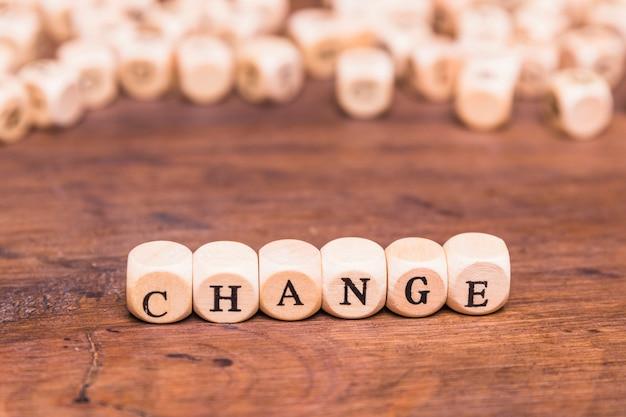 Verander woord geschreven op houten blokken Gratis Foto