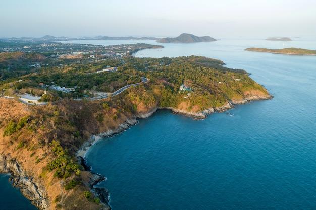 Verbazingwekkende luchtfoto drone geschoten landschap aard zeegezicht met zeekust hoge hoekmening. Premium Foto