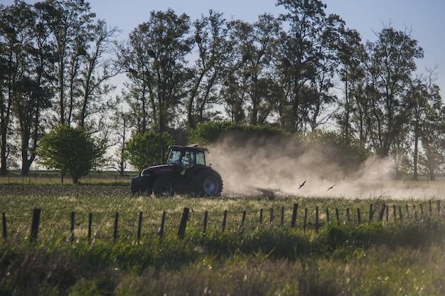 Verbazingwekkende opname van een tractor die in een landbouwgrond werkt Gratis Foto