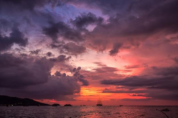 Verbazingwekkende zonsondergangkleuren Premium Foto