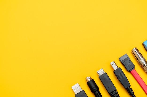 Verbinden van draden voor de computer. typen connectoren. Premium Foto