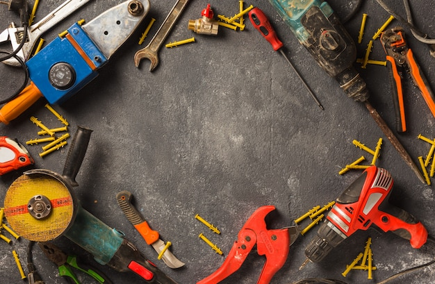 Verbouw concept. frame van bouwwerkzaamheden tools op een donkere achtergrond bovenaanzicht Premium Foto