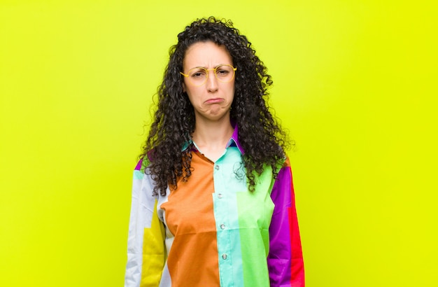 Verdrietig en zeurderig voelen met een ongelukkige blik, huilen met een negatieve en gefrustreerde houding Premium Foto