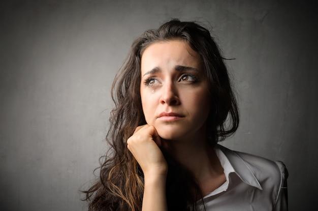 Verdrietige verontrustende vrouw Premium Foto