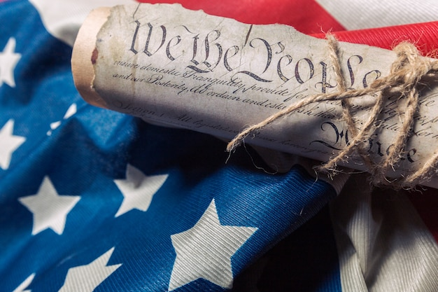 Verenigde staten onafhankelijkheidsverklaring aan een betsy ross-vlag Premium Foto