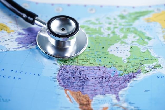Verenigde staten verenigde staten van amerika: stethoscoop met wereldkaart Premium Foto