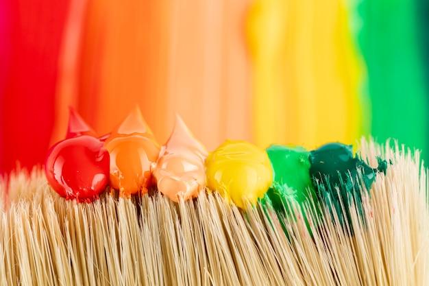 Verf druppels op penseel en paden Gratis Foto
