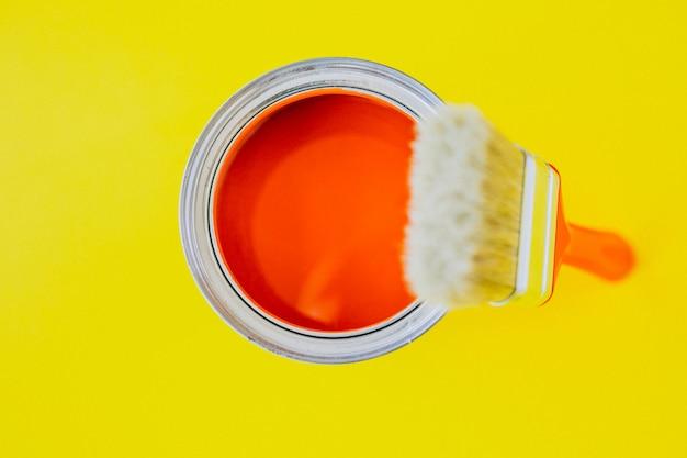 Verf kan met kwast voor geïsoleerde reparaties Gratis Foto