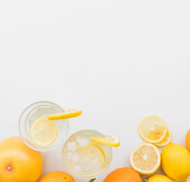 Verfrissende citroendranken en citrusvruchten Gratis Foto