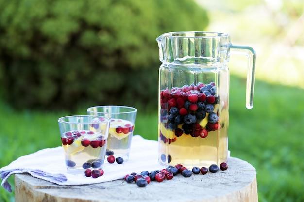 Verfrissende drankjes op een stronk Gratis Foto