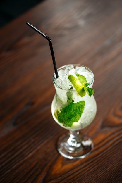 Verfrissende mojito cocktail ijs limoen munt Premium Foto