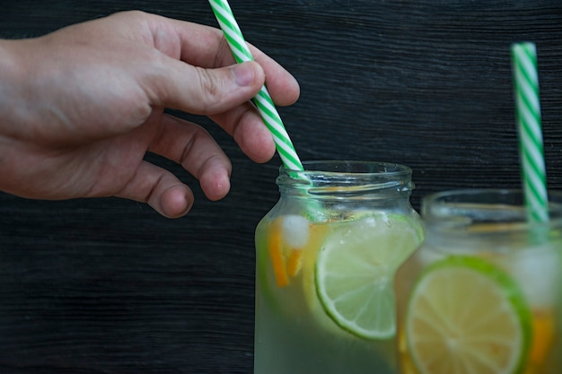 Verfrissende zomerdrank van citrusvruchten. drink van limoen, citroen, sinaasappel. Premium Foto